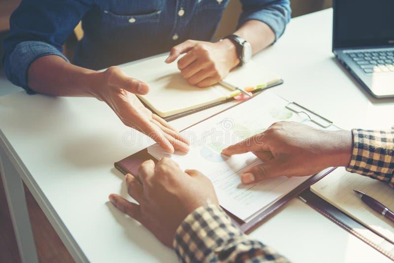 Ο επιχειρηματίας αναλύει την έννοια, νέο πλήρωμα Διευθυντών επιχείρησης που απασχολείται στο νέο πρόγραμμα ξεκινήματος στοκ φωτογραφίες με δικαίωμα ελεύθερης χρήσης