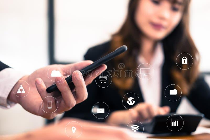 ο επιχειρηματίας αναλύει το οικονομικό διάγραμμα στο smartphone Επιχειρησιακό τσάι στοκ εικόνα