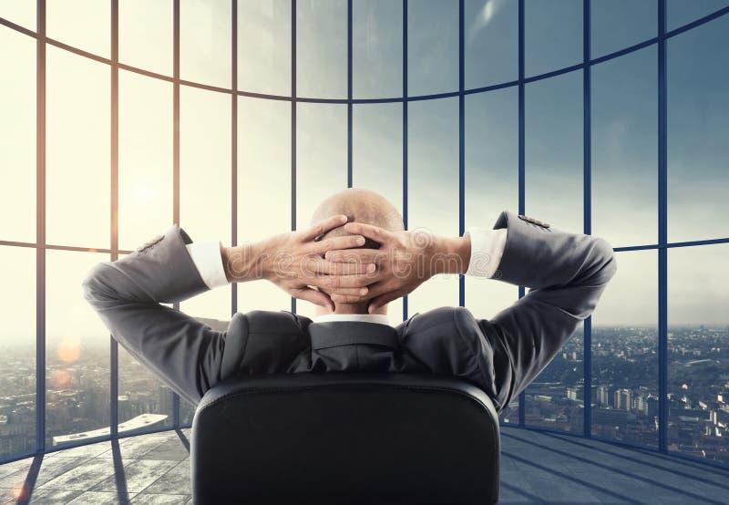 Ο επιχειρηματίας απολαμβάνει την επαγγελματική επιτυχία του Μικτά μέσα στοκ φωτογραφίες με δικαίωμα ελεύθερης χρήσης