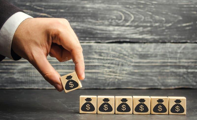 Ο επιχειρηματίας βάζει έναν φραγμό με μια εικόνα των δολαρίων Η κύρια συσσώρευση και η επιτυχής επιχείρηση Αυξανόμενοι προϋπολογι στοκ εικόνες με δικαίωμα ελεύθερης χρήσης