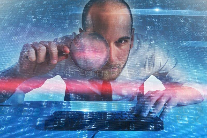 Ο επιχειρηματίας βρήκε μια έμμεση πρόσβαση σε έναν υπολογιστή Έννοια της ασφάλειας Διαδικτύου στοκ εικόνα με δικαίωμα ελεύθερης χρήσης