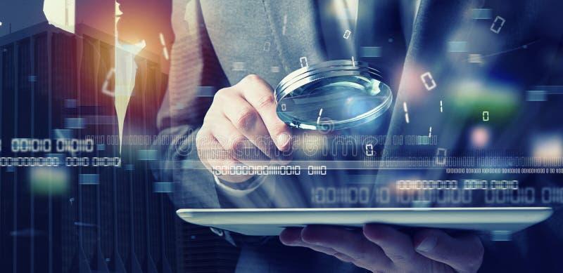 Ο επιχειρηματίας βρήκε μια έμμεση πρόσβαση σε μια ταμπλέτα Έννοια της ασφάλειας Διαδικτύου στοκ εικόνα