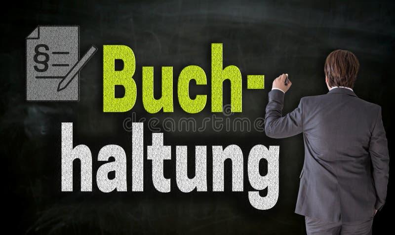 Ο επιχειρηματίας γράφει με την κιμωλία Buchhaltung στη γερμανική λογιστική  στοκ εικόνες