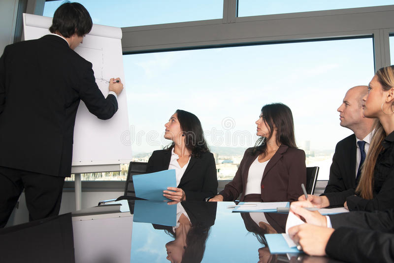 Ο επιχειρηματίας γράφει στο διάγραμμα κτυπήματος στοκ εικόνες