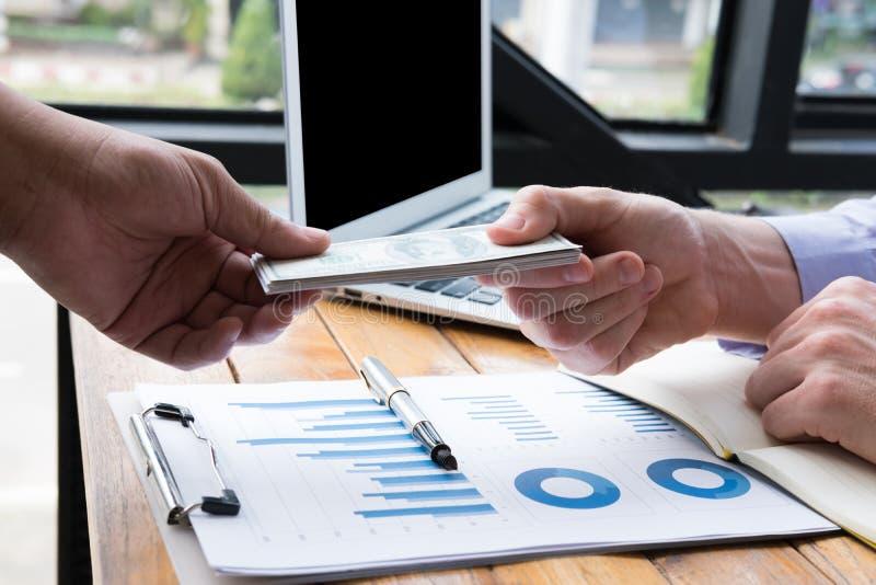 ο επιχειρηματίας δίνει τ&alph λογαριασμός Ηνωμένων δολαρίων προσφοράς ατόμων στο s στοκ εικόνες