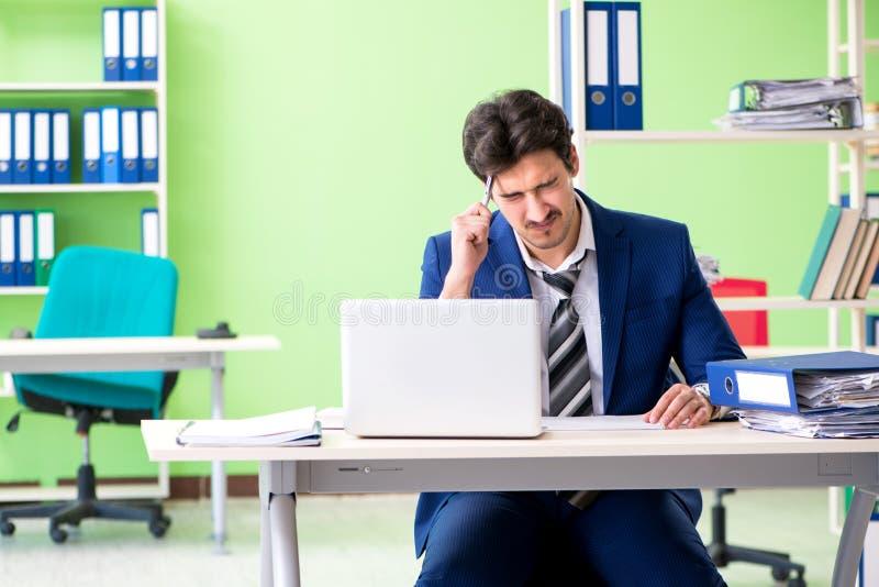 Ο επιχειρηματίας δυστυχισμένος με την υπερβολική συνεδρίαση εργασίας στο γραφείο στοκ φωτογραφίες με δικαίωμα ελεύθερης χρήσης