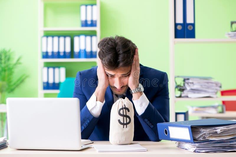 Ο επιχειρηματίας δυστυχισμένος με την υπερβολική συνεδρίαση εργασίας στο γραφείο στοκ εικόνες