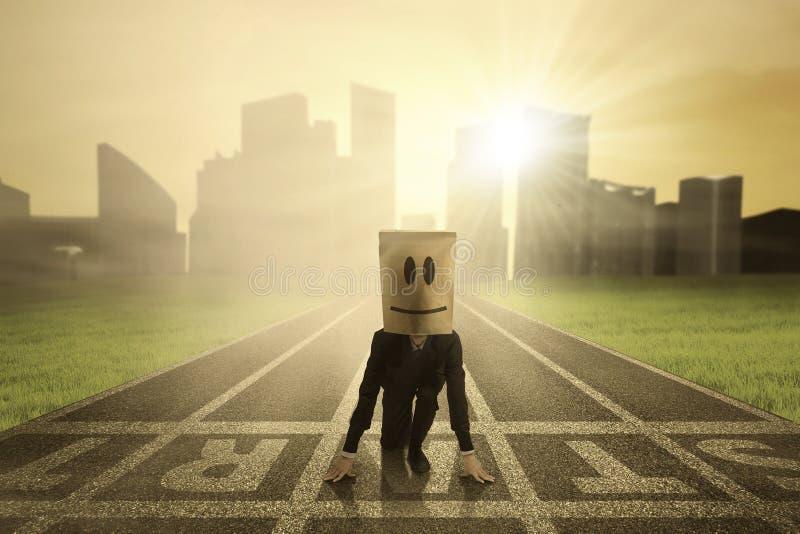 Ο επιχειρηματίας είναι έτοιμος να αρχίσει ανταγωνίζεται 1 στοκ φωτογραφία με δικαίωμα ελεύθερης χρήσης