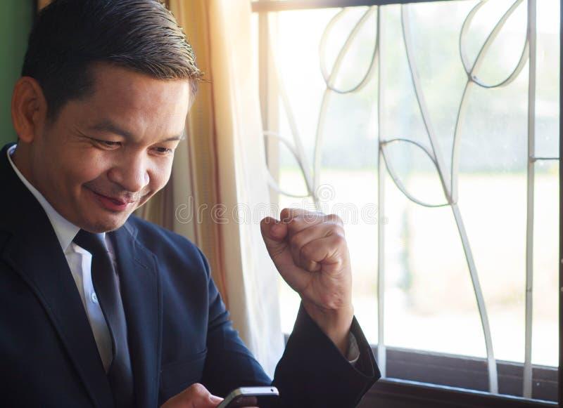 Ο επιχειρηματίας είναι εύθυμος όταν λάβετε τις καλές ειδήσεις στοκ φωτογραφίες
