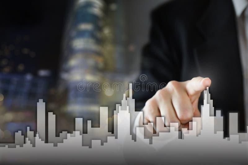 Ο επιχειρηματίας ενεργοποιεί τη διαδικασία αύξησης, επιλέγοντας το σπίτι, έννοια πόλεων ακίνητων περιουσιών Συμπίεση χεριών οριζό στοκ εικόνα με δικαίωμα ελεύθερης χρήσης