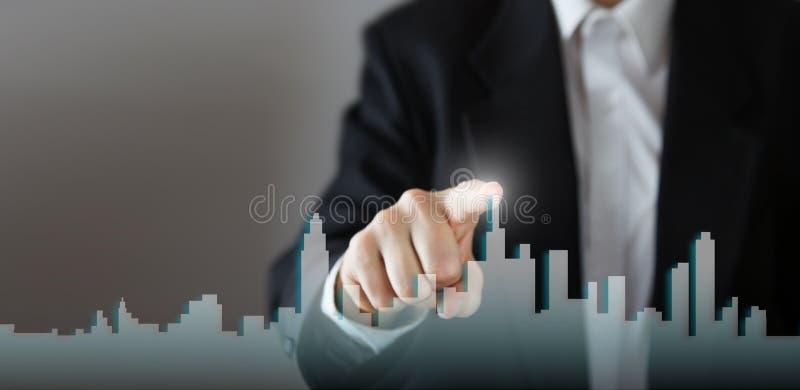 Ο επιχειρηματίας ενεργοποιεί τη διαδικασία αύξησης, επιλέγοντας το σπίτι, έννοια πόλεων ακίνητων περιουσιών Συμπίεση χεριών οριζό στοκ φωτογραφία με δικαίωμα ελεύθερης χρήσης