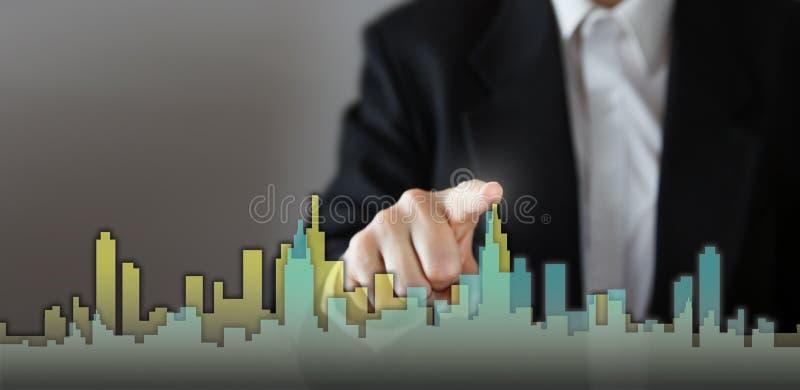 Ο επιχειρηματίας ενεργοποιεί τη διαδικασία αύξησης, επιλέγοντας το σπίτι, έννοια πόλεων ακίνητων περιουσιών Συμπίεση χεριών οριζό στοκ φωτογραφίες με δικαίωμα ελεύθερης χρήσης