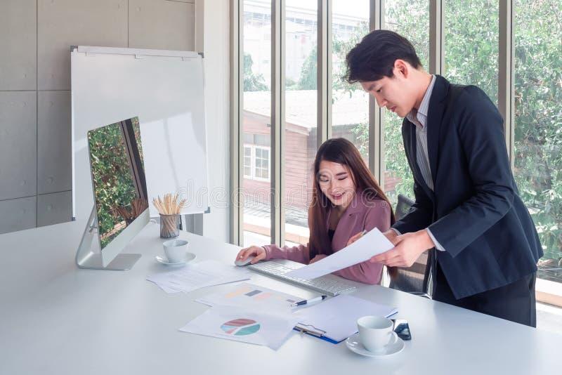 Ο επιχειρηματίας εξηγεί τις λεπτομέρειες εργασίας στη επιχειρηματία στοκ φωτογραφίες με δικαίωμα ελεύθερης χρήσης