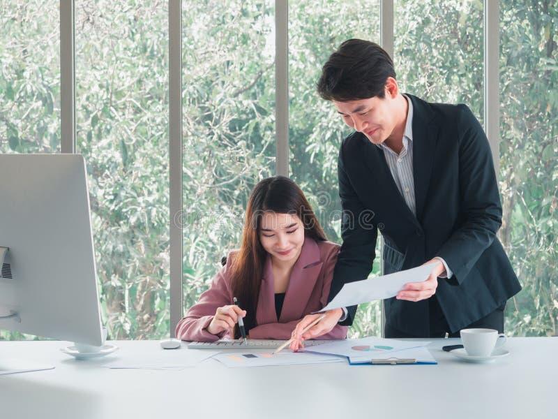 Ο επιχειρηματίας εξηγεί τις λεπτομέρειες εργασίας στη επιχειρηματία στοκ εικόνες