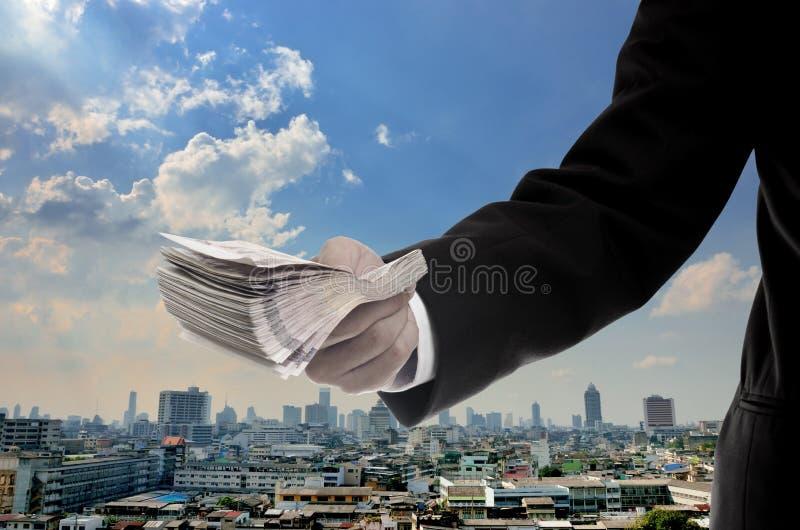 Ο επιχειρηματίας επενδύει στην κύρια οικονομική έννοια στοκ εικόνα με δικαίωμα ελεύθερης χρήσης