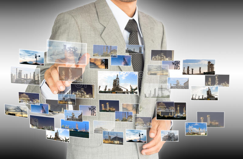 Ο επιχειρηματίας επιλέγει την επιλογή του βιομηχανικού εργοστασίου στοκ εικόνες