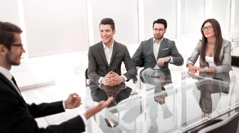 Ο επιχειρηματίας και η επιχειρησιακή ομάδα συζητούν τα λειτουργώντας ζητήματα στην εργαζόμενη συνεδρίαση στοκ φωτογραφίες με δικαίωμα ελεύθερης χρήσης