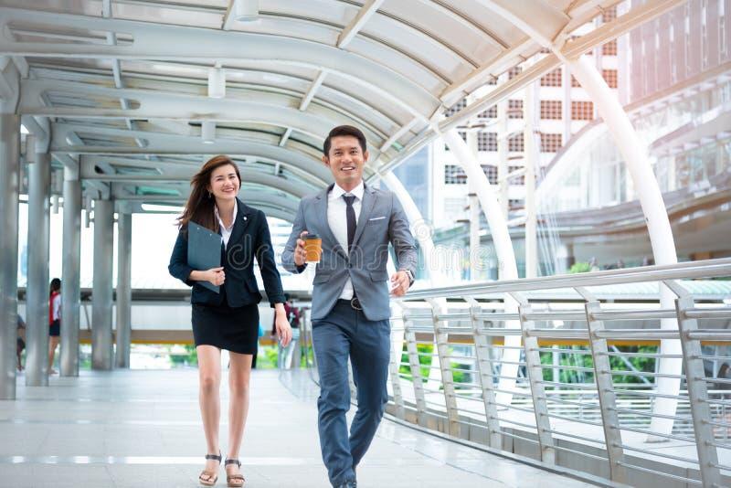 Ο επιχειρηματίας και η επιχειρηματίας που περπατούν με τη διάθεση ευτυχίας αντιμετωπίζουν, ευτυχία conscept, επιχειρησιακή έννοια στοκ εικόνα με δικαίωμα ελεύθερης χρήσης
