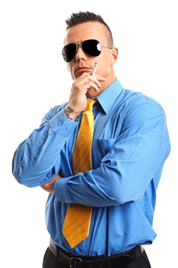 Ο επιχειρηματίας καπνίζει ένα τσιγάρο στοκ εικόνες με δικαίωμα ελεύθερης χρήσης