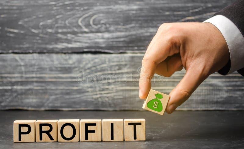 Ο επιχειρηματίας κρατά έναν φραγμό με την εικόνα των δολαρίων και του κέρδους επιγραφής Έννοια της επιχειρησιακής επιτυχίας, οικο στοκ φωτογραφίες με δικαίωμα ελεύθερης χρήσης