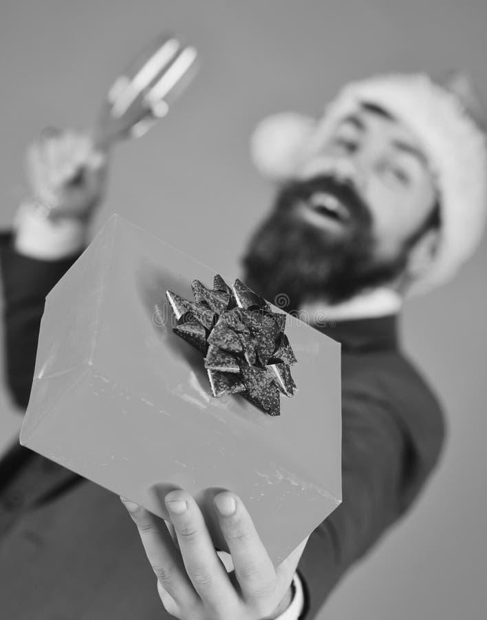 Ο επιχειρηματίας με το ευτυχές πρόσωπο κρατά το παρόν κιβώτιο στενό σε επάνω στοκ φωτογραφία