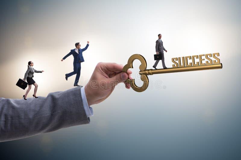 Ο επιχειρηματίας με το κλειδί για την επιχειρησιακή έννοια επιτυχίας στοκ φωτογραφία