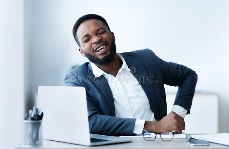Ο επιχειρηματίας πάσχει από την απότομη επίθεση πόνου νεφρών στοκ εικόνες με δικαίωμα ελεύθερης χρήσης