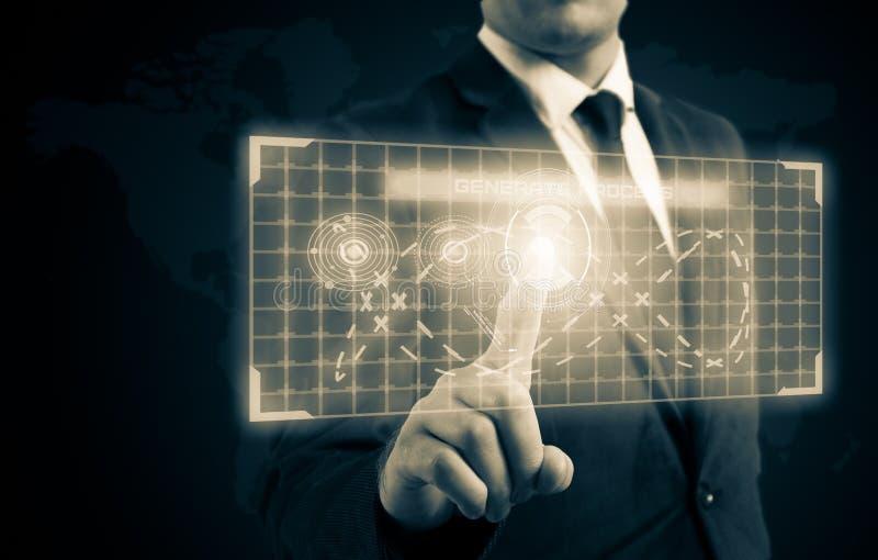 Ο επιχειρηματίας πίεσε ένα κουμπί στην επίδειξη υψηλής τεχνολογίας στοκ εικόνες
