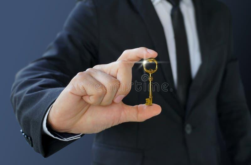 Ο επιχειρηματίας παρουσιάζει κλειδί στην επιτυχία για την επιχείρηση στοκ εικόνες