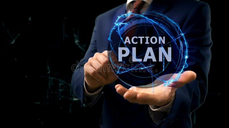 Ο επιχειρηματίας παρουσιάζει σχέδιο δράσης ολογραμμάτων έννοιας σε ετοιμότητα του στοκ φωτογραφία