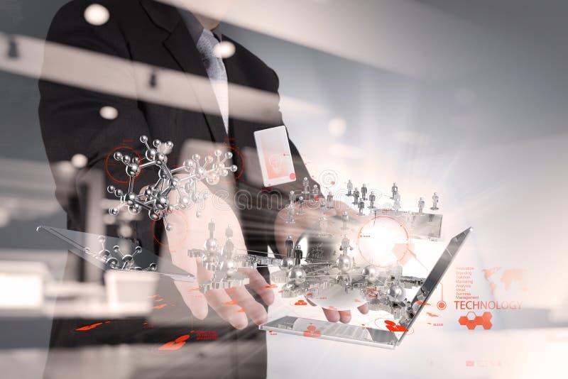 Ο επιχειρηματίας παρουσιάζει σύγχρονη επίδραση τεχνολογίας στοκ φωτογραφία με δικαίωμα ελεύθερης χρήσης