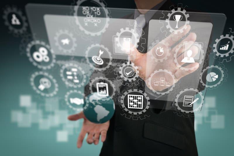 Ο επιχειρηματίας παρουσιάζει σύγχρονη τεχνολογία στοκ εικόνα