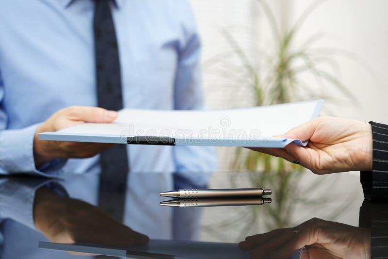 Ο επιχειρηματίας περνά την υπογεγραμμένη συμφωνία στον πελάτη μετά από το successf στοκ φωτογραφίες