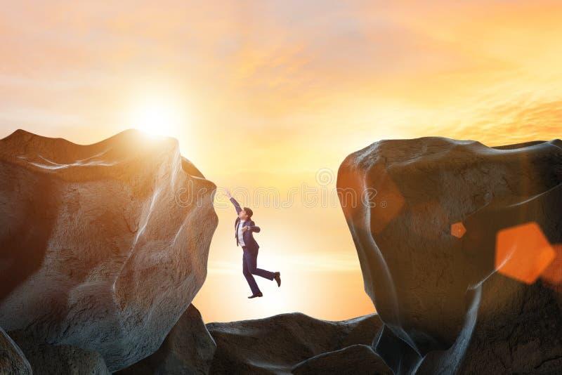Ο επιχειρηματίας πεσμένος στο χάσμα στα βουνά απεικόνιση αποθεμάτων