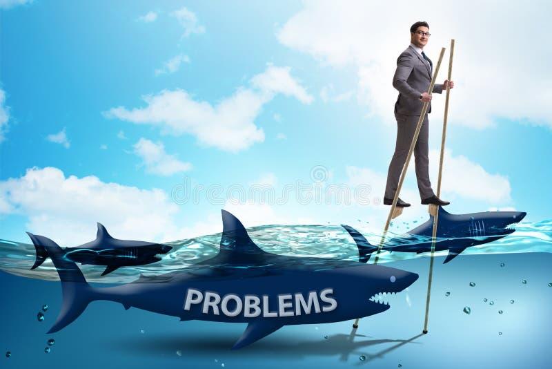 Ο επιχειρηματίας που εξετάζει επιτυχώς τα προβλήματά του ελεύθερη απεικόνιση δικαιώματος