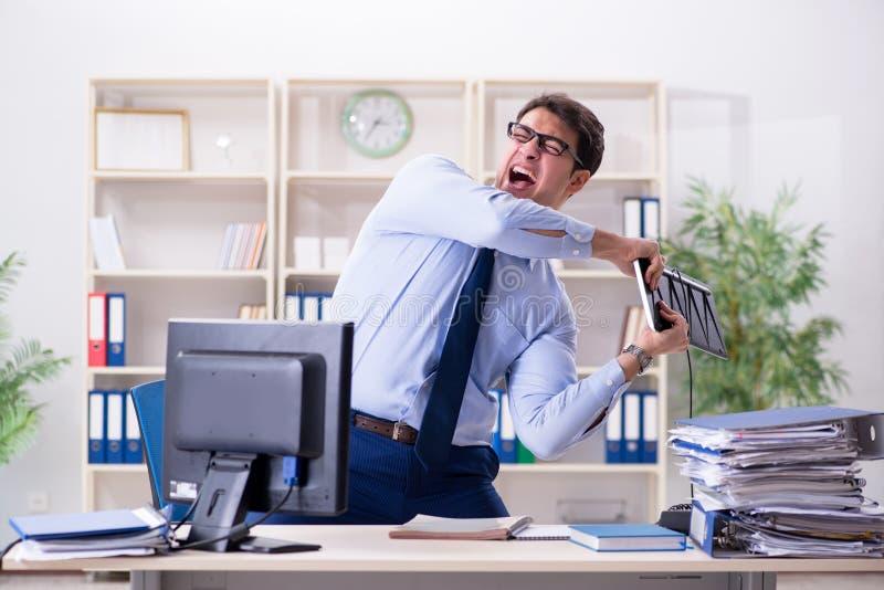 Ο επιχειρηματίας που ματαιώνεται 0 με πάρα πολλή εργασία στοκ εικόνες με δικαίωμα ελεύθερης χρήσης