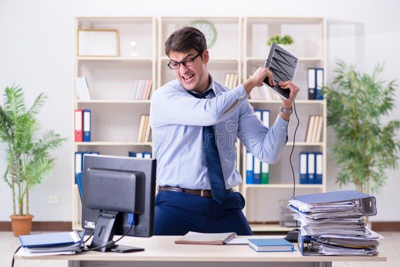 Ο επιχειρηματίας που ματαιώνεται 0 με πάρα πολλή εργασία στοκ φωτογραφίες