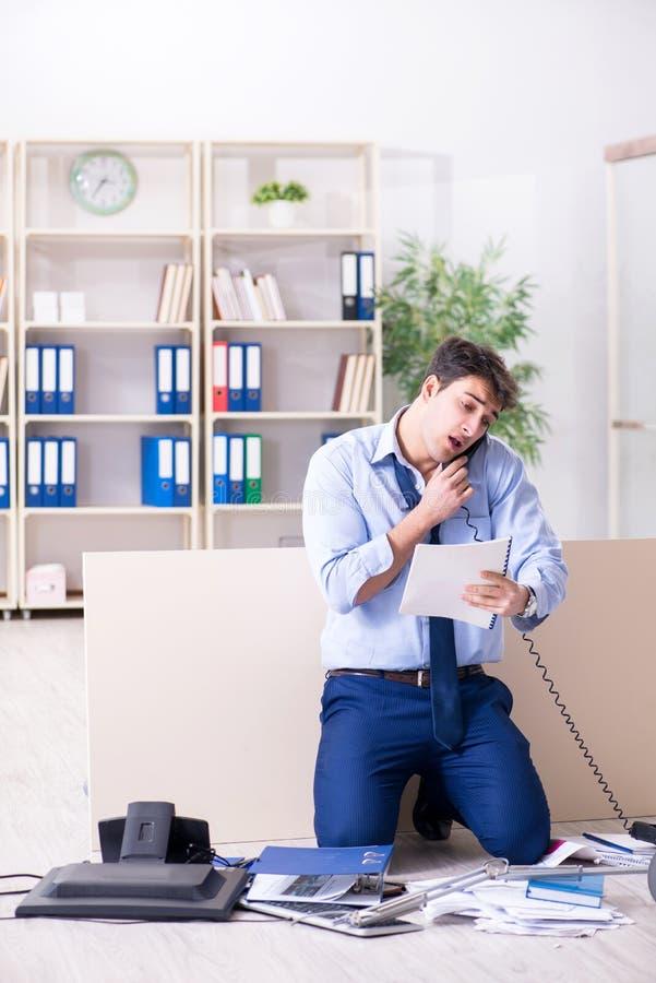 Ο επιχειρηματίας που ματαιώνεται σε πολλά τηλεφωνήματα στοκ εικόνες