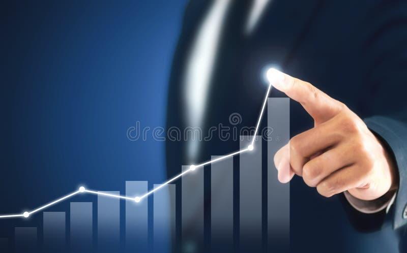 Ο επιχειρηματίας που παρουσιάζει επιχειρησιακή αύξηση σε ένα διάγραμμα, χέρια αγγίζει τη γραφική παράσταση που αντιπροσωπεύει τις στοκ εικόνες
