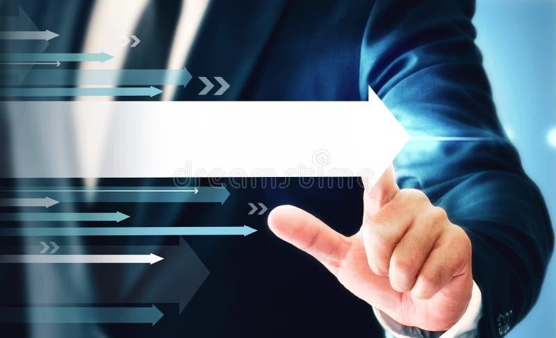 Ο επιχειρηματίας που παρουσιάζει επιχειρησιακή αύξηση σε ένα διάγραμμα, χέρια αγγίζει τη γραφική παράσταση που αντιπροσωπεύει τις στοκ εικόνα