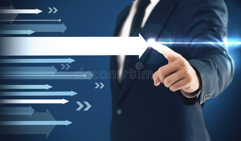 Ο επιχειρηματίας που παρουσιάζει επιχειρησιακή αύξηση σε ένα διάγραμμα, χέρια αγγίζει τη γραφική παράσταση που αντιπροσωπεύει τις στοκ φωτογραφία με δικαίωμα ελεύθερης χρήσης