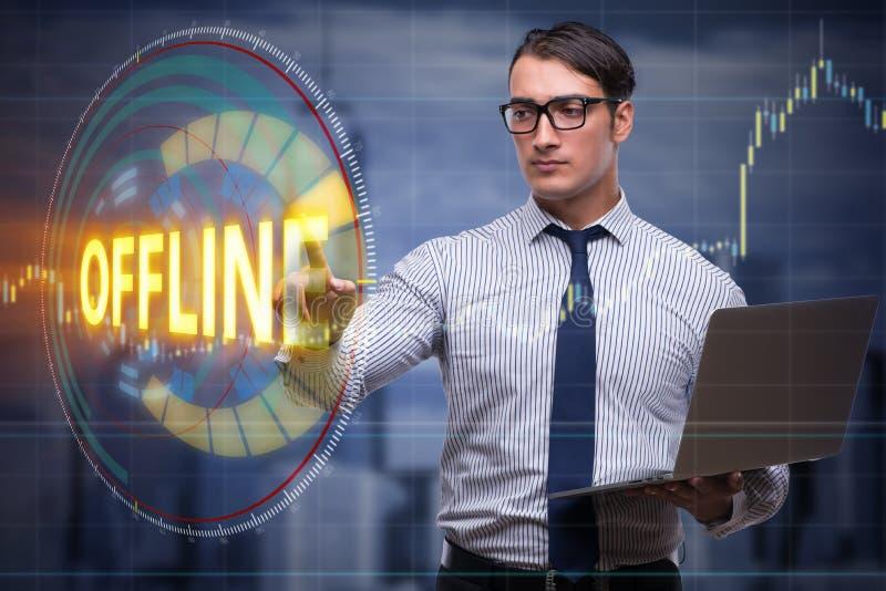 Ο επιχειρηματίας που πιέζει το εικονικό κουμπί off-$l*line ελεύθερη απεικόνιση δικαιώματος