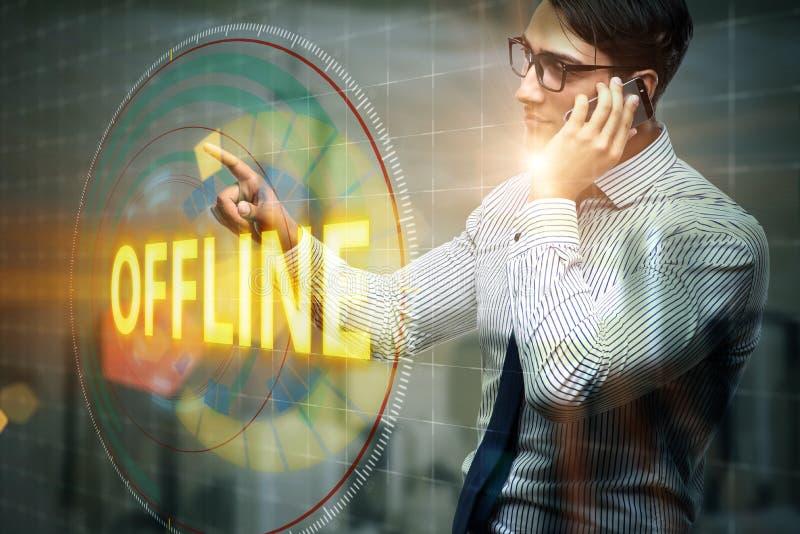Ο επιχειρηματίας που πιέζει το εικονικό κουμπί off-$l*line απεικόνιση αποθεμάτων