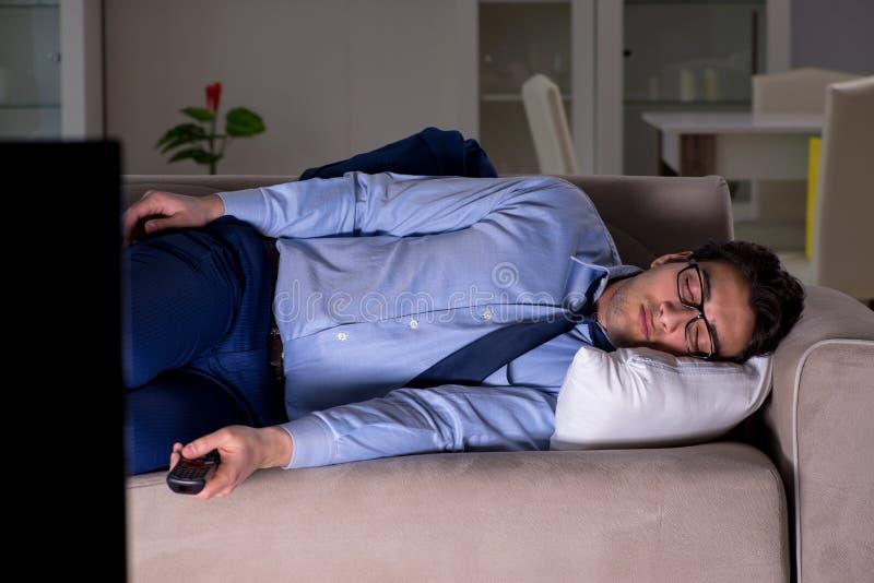Ο επιχειρηματίας που προσέχει τη TV τη νύχτα αργά στοκ φωτογραφία με δικαίωμα ελεύθερης χρήσης