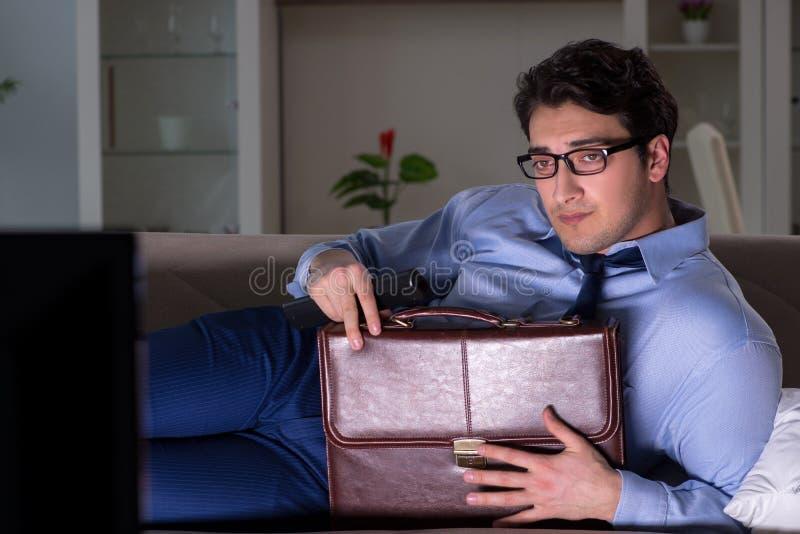 Ο επιχειρηματίας που προσέχει τη TV τη νύχτα αργά στοκ φωτογραφίες