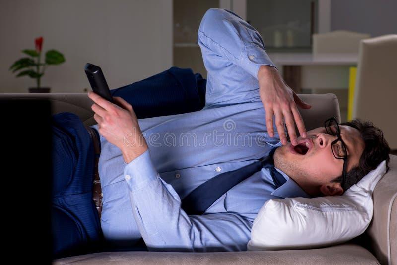 Ο επιχειρηματίας που προσέχει τη TV τη νύχτα αργά στοκ φωτογραφίες με δικαίωμα ελεύθερης χρήσης