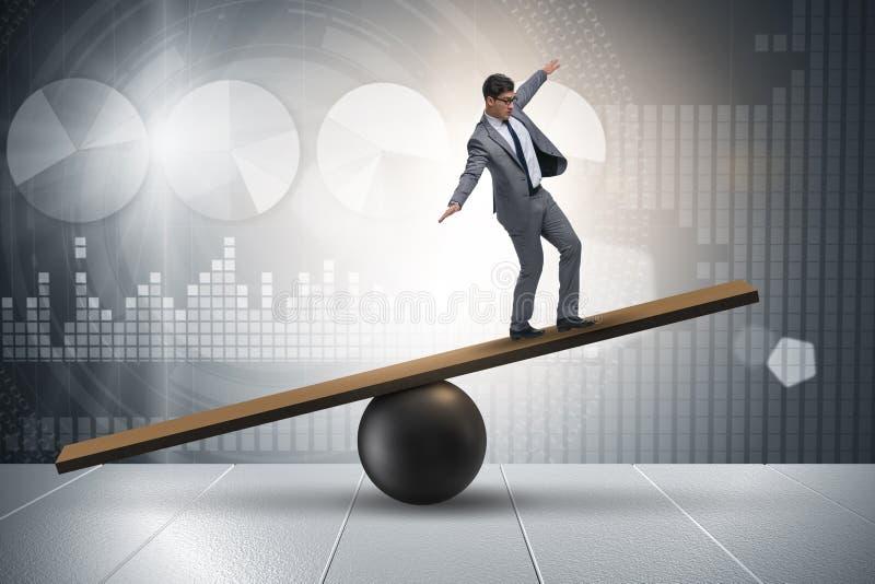 Ο επιχειρηματίας που προσπαθεί να ισορροπήσει στη σφαίρα και seesaw απεικόνιση αποθεμάτων