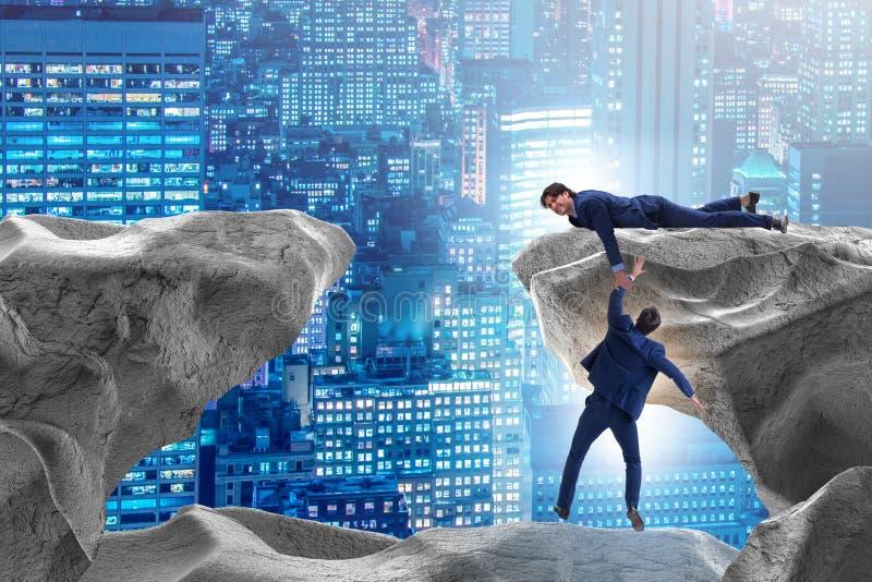 Ο επιχειρηματίας που προσφέρει το χέρι βοηθείας στο μειωμένο συνάδελφο διανυσματική απεικόνιση