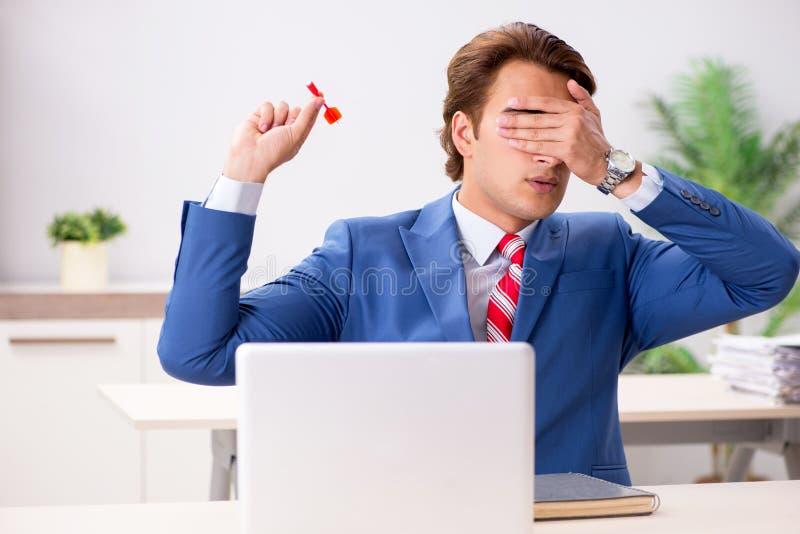 Ο επιχειρηματίας που ρίχνει το βέλος στην επιχειρησιακή έννοια στοκ εικόνα