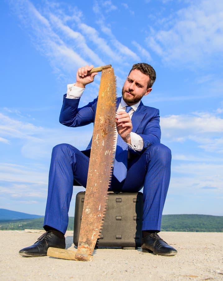 Ο επιχειρηματίας που συγκεντρώνεται κάθεται το υπόβαθρο μπλε ουρανού χαρτοφυλάκων Επίσημο κοστούμι επιχειρηματιών που σκέφτεται γ στοκ φωτογραφία με δικαίωμα ελεύθερης χρήσης